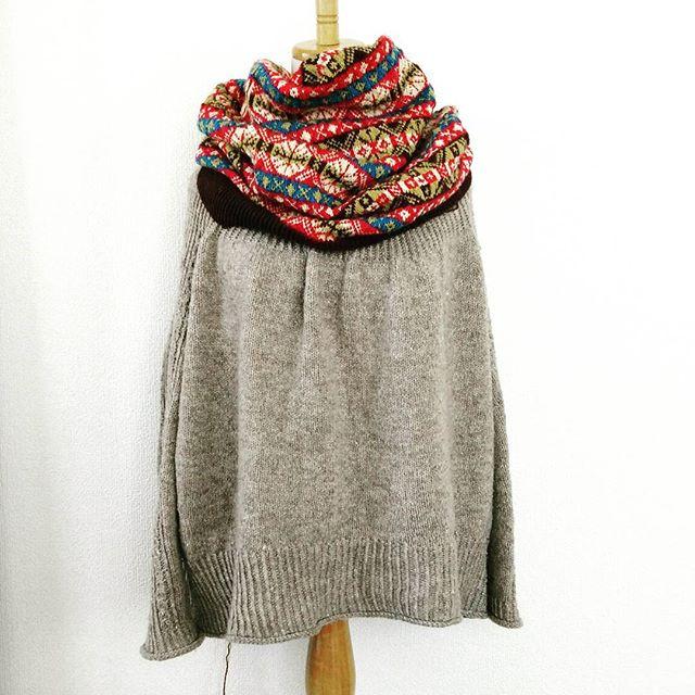 このフェアアイルの柄、やっぱりかわいい。あと少しで身頃が編み終わります。こんな風にカウルにしてもかわいい。フェアアイルの巻き物もいいな。This fair isle is really a pullover, but it is nice to cowl like this.#fairisle #jamiesonandsmith #knitting #knitsofinstagram #brightsweater
