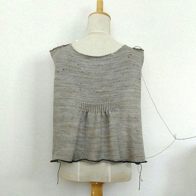 Lilouで編むオリジナルプルの後身頃はこんな感じ。ムフっ。カワイイ#yarnaholic_shop #lilou#hiyahiya #knitting #knitsofinstagram