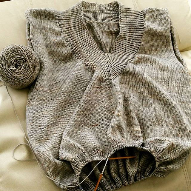 衿、イイ感じ。昨日も夜更かし編み。#lilou きれい。This is my original pattern. I'll write the pattern after completing.#ネジネジプルオーバー #knitting #knitofinstagram #yarnaholic_shop