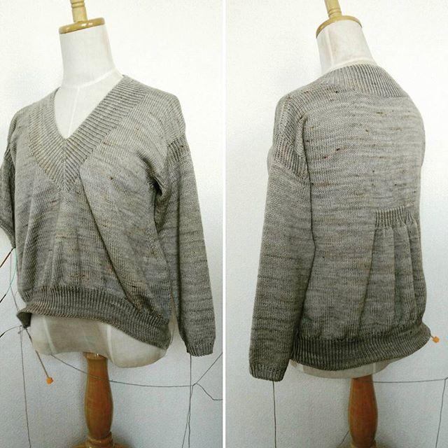 ネジネジプルオーバーは、ほどくのやめました。ボディラインが気に入らなくて、ほどくつもりで放置していました。で、さっきほどく前に着てみたら、そんなに悪くない気がしてきて。やっぱり最後まで編んでみることにしました。#袖にもネジネジ #ネジネジしつこい #lilou #knitting #knitofinstagram #yarnaholic_shop