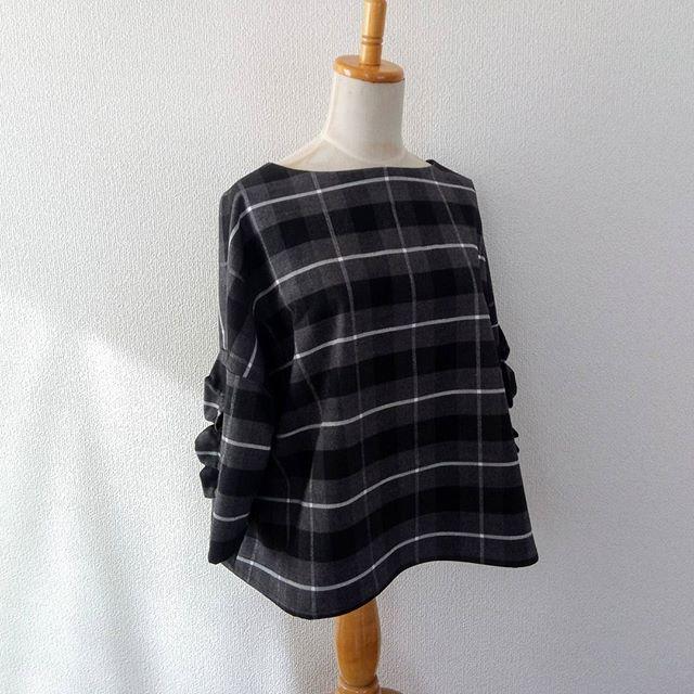 初めてのソーイング#kanasstandard からフリル付きトップス初めてだったので、家にあった適当な布で。初めてのくせにチェック柄を選ぶとは、初心者にありがちな、知らずに行う無謀なセレクトだったなと思います。でも、頑張りました!気になる点満載だけど、とっても勉強になったし、次はもっと上手くできるはず!次は、この前買った素敵布で縫います。このデザイン、とっても可愛い。量産確定!ニットと違って、ソーイングは量産できるのがいいね。#佐藤かな