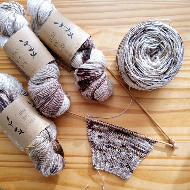 手染めブツブツ糸で好きなモノを編む第2弾今度は、#lichenandlace 色がとっても素敵なお店で、特にこのshroomに一目惚れしてしまいました。プルオーバーの予定。4かせあるので、なんでも編める。スワッチ編み始めてみたら、まぁ!想像通りとっても素敵!これをカタチにするの楽しみ〜。 #yarnaholic_shop