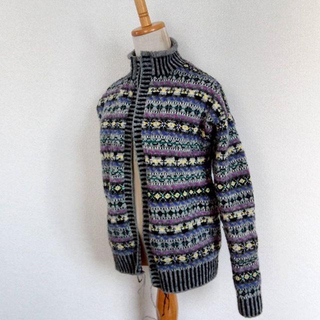 片袖が編み上がり、前立てをスティークしたら、一気に完成がみえてきました。でも、まだまだこれから。左前立ては、2色のゴム編みの往復編みが上手く出来ていなくて、ユルユル。It will be completed in a little more.#nightmerrygoround #knitting #knitofinstagram #fairisle #jamiesonandsmith