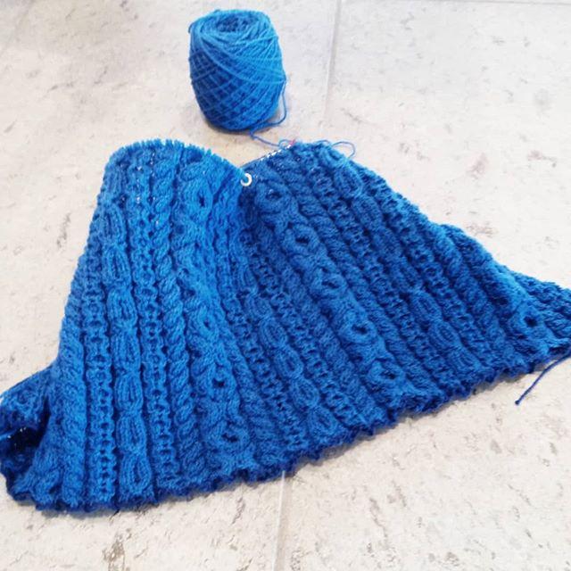 薄くて軽いけど、ゴリゴリなケーブルプルオーバー編み始めました。まだ完成するかわからないけど、名前は決まりました。Goligoliゴリゴリと言っておきながらですが、後身頃はメリヤスにしちゃおうかな。。。 いやいや、名前とおりに全部ゴリゴリでしょ!! 悩む。。。 #knitting#knitofinstagram