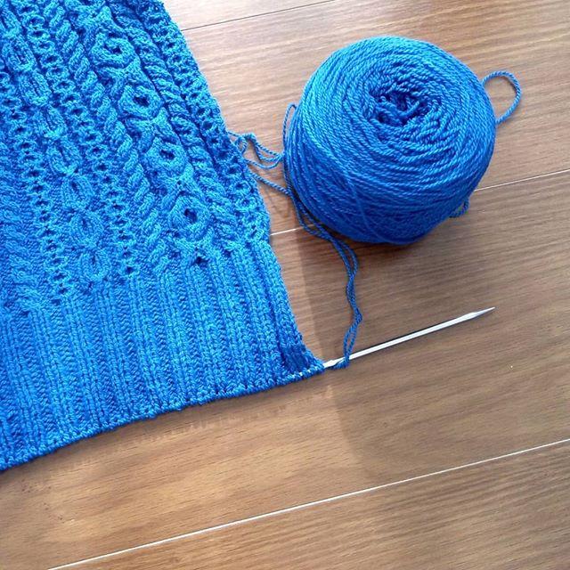 早くカタチにしたくて編み急ぐけど、想像と現実は違う。スワッチを何度も編み直してチャレンジしても、なかなかうまくいかない。でも、これは、とりあえず編み上げよう。細かい部分は、もう一度あらためて編み直そう。#elementalaffects #knitting #knitofinstagram #yarnaholic_shop