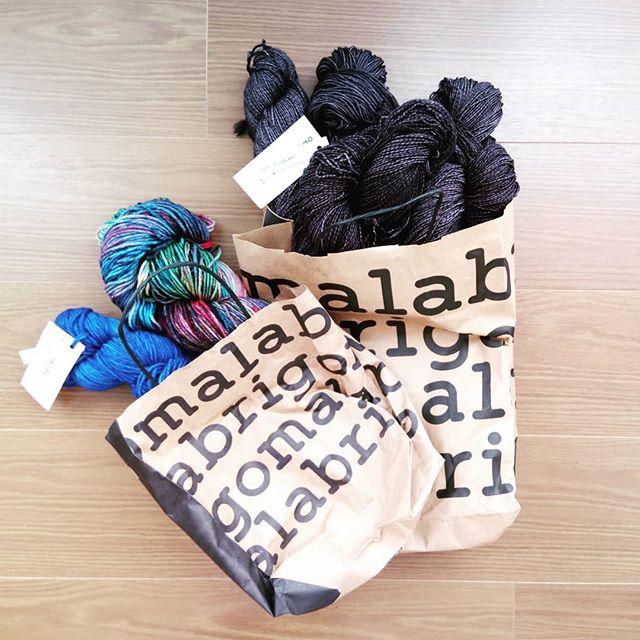 #ホビーショー2018 戦利品袋が2つあるのは2回行ったから。#malabrigo sock のeggplantこれは初日に。Rios のcamaleon とmatsse blueこれは最終日に。初日に買ったsock は安定の地味色。最終日に買ったRios は華やか好きなお友達に引き込まれて、お揃いにさせてもらいました。自分ではなかなか選ばないcamaleon、とっても嬉しい。久しぶりの編み物イベント、おしゃべりして、買い物して、とっても楽しいホビーショーでした。お会いできたみなさま、本当にどうもありがとう。楽しかったです。